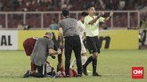 Pemain timnas Qatar U-19 mengalami kram otot. Para pemain Qatar tampak kelelahan di babak kedua dan Indonesia juga mulai memperkecil ketinggalan hingga akhirnya kalah 5-6. (CNN Indonesia/Hesti Rika)