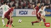 Egy Maulana Vikri dijaga ketat para pemain timnas Qatar U-19 sehingga sulit mendapatkan ruang gerak. (CNN Indonesia/Hesti Rika)
