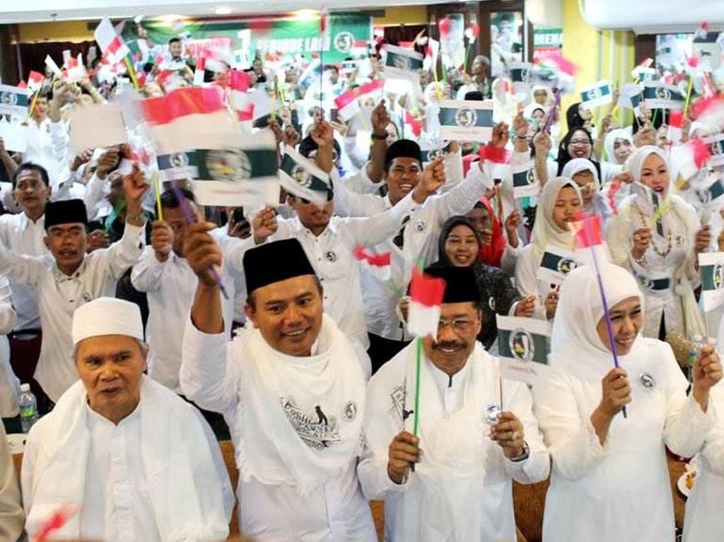 Deklarasi berlangsung sangat meriah, terutama saat menyanyikan lagu pembakar semangat pemenangan Jokowi-Kiai Maruf sambil mengibarkan bendera JKSN dan Merah Putih. Istimewa/Dok. JKSN.