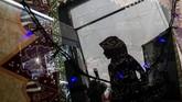 Pengunjung melihat stan pameran kaligrafi batik pada acara pameran Pesantren Expo 2018 di Sriwedari, Solo, Jawa Tengah, Jumat (5/10). Acara dalam rangka menyambut Hari Santri Nasional (HSN) tersebut sebagai wadah pengembangan kreativitas para santri serta menampilkan produk unggulan produksi pesantren. (ANTARA FOTO/Mohammad Ayudha)