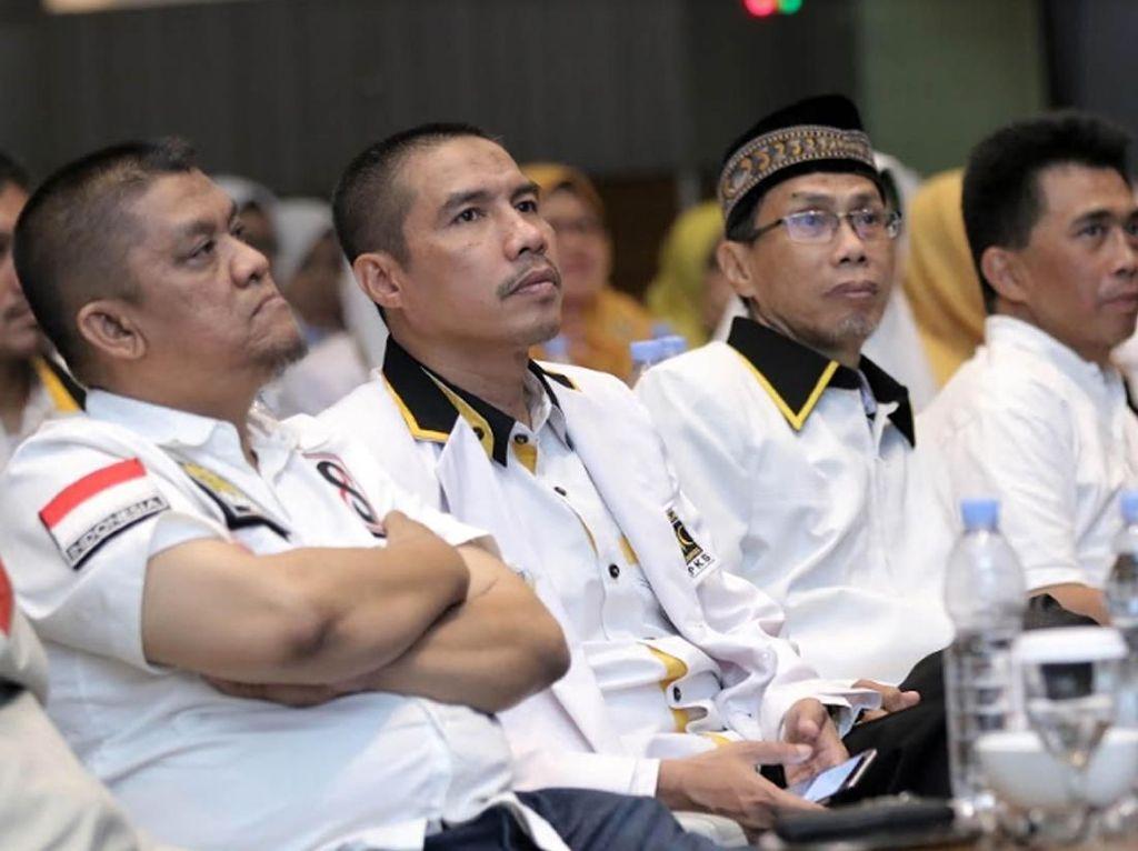 Ketua Umum DPW PKS DKI Jakarta Syakir Purnomo (kedua kiri), Pengurus BP3 DPP PKS Alfatmi (kiri), Ketua MPW PKS DKI Jakarta Muhammad Arifin (kedua kanan), dan Sekretaris MPW PKS DKI Jakarta Cahya Zailani (kanan) juga hadir dalam rapat kerja wilayah 2018. Istimewa/PKS.