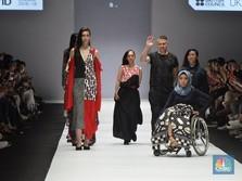Aksi Para Model Difabel di Panggung Jakarta Fashion Week