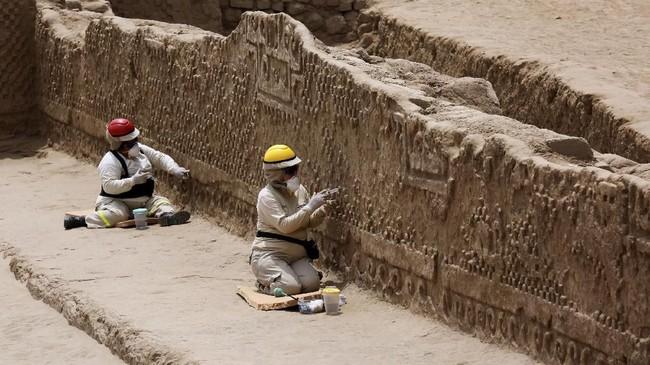 Patung tersebut sebenarnya ditemukan pada September lalu, dan diyakini sebagai patung tertua yang pernah ditemukan dalam situs kuno tersebut. (REUTERS/Douglas Juarez)