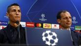 Cristiano Ronaldo meladeni pertanyaan dari para pekerja media, salah satunya menjawab pertanyaan soal tuduhan pemerkosaan. (Reuters/Jason Cairnduff)
