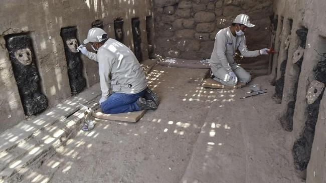 Gambar ini menunjukkan para ahli tengah menemukan 20 patung kayu yang tersimpan dalam ceruk dinding kota kuno Chan Chan. (AFP/CRIS BOURONCLE)