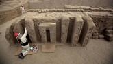 Patung yang ditemukan kelompok arkeolog berukuran setinggi 70 centimeter dan masing-masing ditempatkandalam sebuah ceruk dinding yang sebagiannya terbenam dalam tanah. (REUTERS/Douglas Juarez)