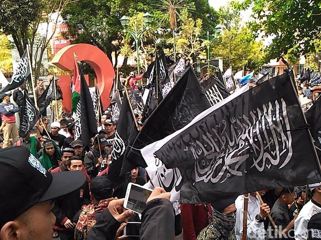 Aksi Ribuan Warga Garut Kibarkan Bendera Tauhid