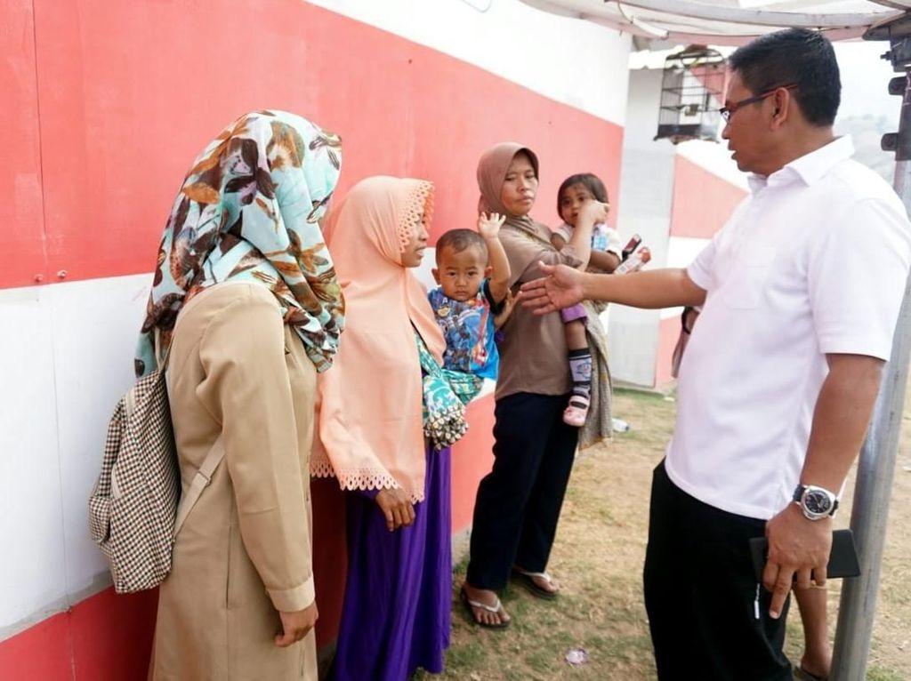 Para penghuni Hunian Sementara (Huntara) di Lapangan Karya, Desa Sajang, Kecamatan Sembalun, Lombok Timur, Nusa Tenggara Barat tengah berbincang - bincang dengan Direktur Bisnis Kecil dan Jaringan BNI Catur Budi Harto, Selasa (23 Oktober 2018). BNI memimpin pembangunan 700 Huntara di Kecamatan Sembalun bersama BTN, Telkom, Waskita Karya, Wijaya Karya, dan PLN sebagai bagian dari sekitar 1.500 Huntara yang dibangun kolaborasi BUMN di seluruh kawasan yang terkena dampak gempa di seluruh Nusa Tengga Barat. Istimewa.