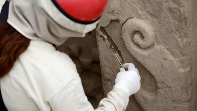 Dinding dalam kota kuno tersebut berisi relief yang menggambarkan upacara dan ritual tertentu.(REUTERS/Douglas Juarez)