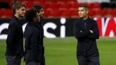 Cristiano Ronaldo menatap ke arah tribune Stadion Old Trafford. Mantan penyerang Manchester United memiliki banyak kenangan manis di stadion tersebut. (Reuters/Jason Cairnduff)