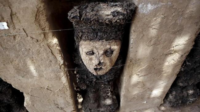 Sekelompok arkeolog menemukan patung kayu dengan kondisi cukup baik dan diperkirakan berusia 20.800 tahun di situs kuno Chan Chan, Peru, Senin (22/10). (REUTERS/Douglas Juarez)