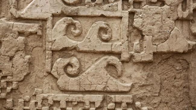 Beberapa relief yang terpasang pada dinding mengisahkan makhluk yang dinamakan