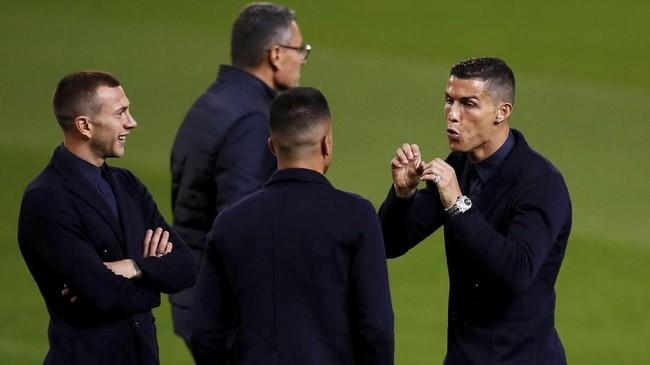 Cristiano Ronaldo tampak antusias mengobrol dengan rekan-rekan setimnya di Juventus. Ia mengaku selalu bersemangat ketika tampil di Stadion Old Trafford. (Reuters/Jason Cairnduff)