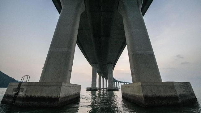 Jembatan yang membentang sejauh 55 km ini menghabiskan dana investasi mencapai US$20 miliar. (Photo by Anthony WALLACE/AFP).