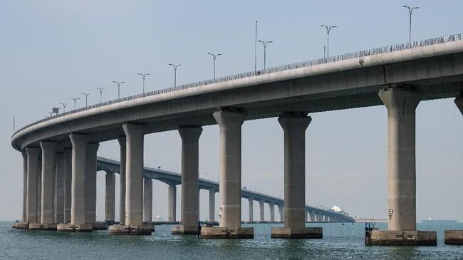 Warga Hong Kong akan memerlukan izin khusus untuk berkendara melintasi jembatan. Izin jangka panjang hanya diberikan kepada orang-orang yang memenuhi kriteria ketat. (Photo by Anthony WALLACE/AFP).