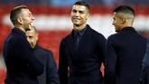 Cristiano Ronaldo melempar senyum saat coba lapangan di Stadion Old Trafford. Ronaldo tercatat memiliki rekor buruk mencetak gol ke gawang tim-tim arahan Jose Mourinho yakni hanya satu gol dari 14 kali pertemuan. (Reuters/Jason Cairnduff)