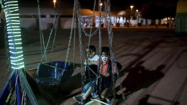 Anak-anak tampak bermain di taman Luna yang baru-baru ini dibuka di Damaskus, Suriah. (REUTERS/Marko Djurica)
