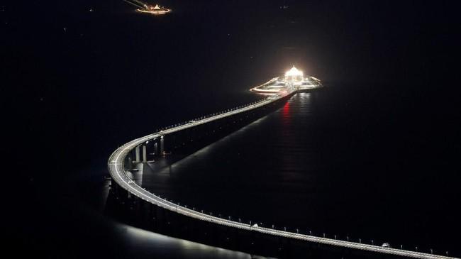 Dalam pidato singkat, Presiden China Xi Jinping menyatakan jembatan terbuka ketika kembang api digital meledak. Jembatan akan dibukauntuk lalu lintas umum pada Rabu (23/10) mendatang. (REUTERS/Bobby Yip).