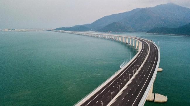 Meskipun jembatan dibangun untuk mendekatkan daerah otonom Hong Kong dan Makau ke daratan China, namun akses jembatan hanya untuk beberapa orang terpilih. (Photo by Anthony WALLACE/AFP).