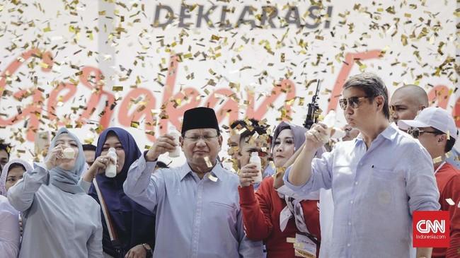 Selain didampingi istri Sandiaga, Prabowo juga didampingi oleh adiknya,Hasyim Djodjohadikusumo. (CNN Indonesia/Adhi Wicaksono)