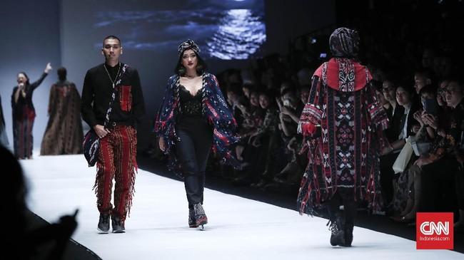 Setelah kebayaklasik, penikmat fashion kemudian dimanjakan dengan kreasi kebaya kontemporer. Salah satu yang cukup mencuri perhatian ialah paduan atasan kebaya dengan banyak memperlihatkan area kulit.(CNNIndonesia/Safir Makki)