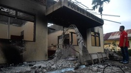 FOTO: Amarah Warga Hanguskan Polsek Bendahara, Aceh Tamiang