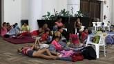 Penduduk mengungsi dari rumah mereka ke tempat-tempat umum yang dijadikan pengungsian seperti tampak diConvention ini (REUTERS/Henry Romero)