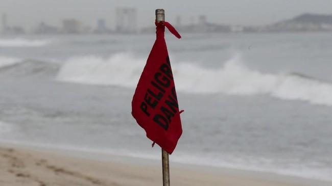 Di daerah pantai, petugas menempatkan bendera merah sebagai peringatan wilayah berbahaya (REUTERS/Henry Romero)