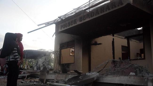 Bangunan Polsek Bendahara, Aceh Tamiang, Aceh, dibakar dan dirusak warga, Selasa (23/10). Warga marah karena ada seorang tahanan kasus narkotik yang juga warga sekitar tewas saat ditahan di polsek tersebut. (ANTARA FOTO/Zamzami/wpa/hp)