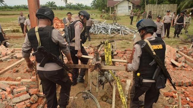 Buntut dari peristiwa tersebut Kapolsek Bendahara nspektur Dua Iwan Wahyudi dicopot dari jabatannya. Selain mengusut aksi perusakan polsek, polisi juga menyelidiki tewasnya tahanan kasus narkotik. (ANTARA FOTO/Zamzami/aww)