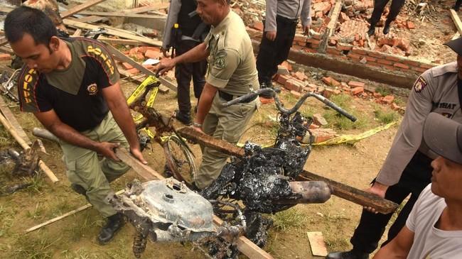 Penjelasan polisi tak bisa diterima warga sehingga memicuk amuk massa. Warga merusak dan membakar bangunan polsek dan sejumlah kendaraan. (ANTARA FOTO/Zamzami)