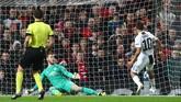 Paulo Dybala mencetak gol ke gawang David de Gea pada menit ke-17. Gol pemain asal Argentina itu kelak menjadi gol penentu kemenangan Juventus atas Manchester United. (REUTERS/Hannah McKay)
