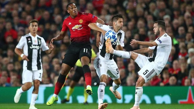 Setelah unggul 1-0, Juventus masih mendominasi penguasaan bola. Manchester United belum bisa bangkit di babak pertama. (REUTERS/Hannah McKay)