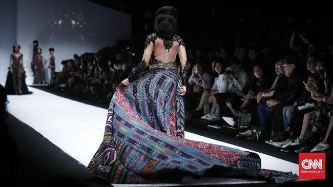Perempuan yang akrab disapa Bunda Anne ini pun mempersembahkan 50 look busana tenun, khususnya tenun Lombok. Ia membaginya dalam beberapa sequence. (CNNIndonesia/Safir Makki)