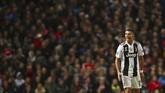 Cristiano Ronaldo kembali ke Old Trafford dengan seragam berbeda. Pemain yang pernah enam musim membela Manchester United itu menjadi tamu dengan kostum hitam putih khas Juventus. (REUTERS/Hannah McKay)