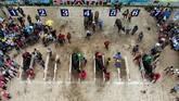 Masyarakat di Chonburi pada 23 Oktober lalu merayakan berakhirnya musim penghujan dengan sebuah tradisi ratusan tahun. (Jewel SAMAD / AFP)