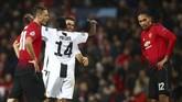Ronaldo dan Blaise Matuidi merayakan kemenangan sementara Chris Smalling dan Nemanja Matic meratapi kegagalan Man United di hadapan suporternya. (REUTERS/Hannah McKay)