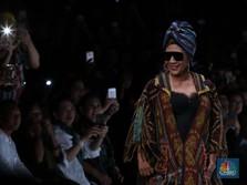 Gaya Nyentrik Menteri Susi di Catwalk Jakarta Fashion Week