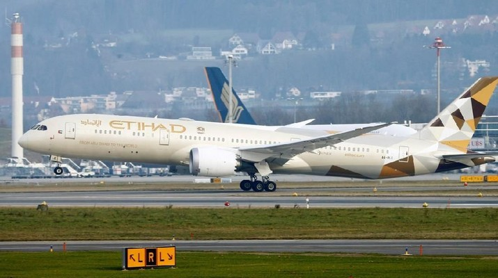 FILE PHOTO: An Etihad Boeing 787-9 Dreamliner aircraft takes off from Zurich Airport January 9, 2018. REUTERS/Arnd Wiegmann/File Photo