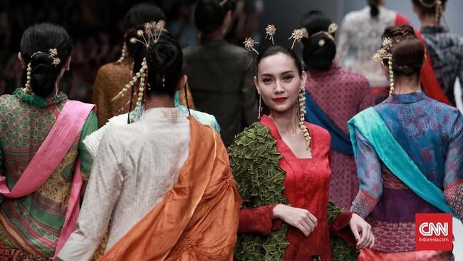 Obin meracik ragam kain aneka warna yang kekinian tapi tetap tidak meninggalkan kesan autentik khas Indonesia. (CNN Indonesia/Andry Novelino)
