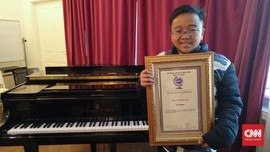 Bocah Asal Kendal Ukir Rekor Dunia Main Piano Mata Tertutup