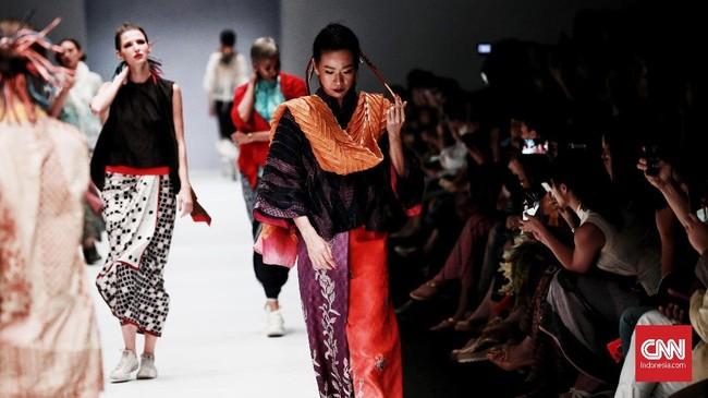 Koleksi Obin kali ini banyak bermain pada potongan, pola dan tekstur kain dalam warna-warna yang cerah. (CNN Indonesia/Andry Novelino)