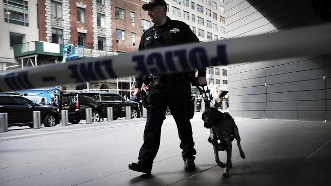 Polisi berjaga di Time Warner Center setelah paket berisi bahan peledak ditemukan di kantor CNN itu, Kamis (24/10) pagi. (Spencer Platt/Getty Images/AFP)