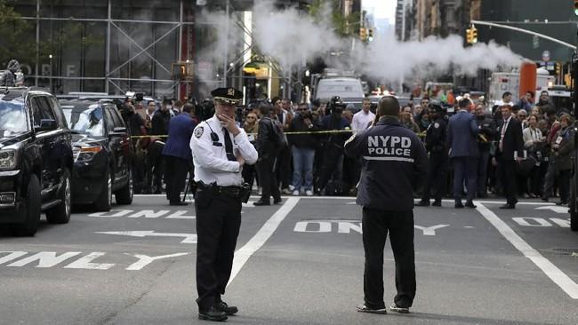 Paket berisi peledak ini pertama kali dilaporkan di kediaman George Soros di New York, AS, Senin (22/10) (REUTERS/Kevin Coombs)