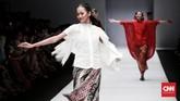Para model pun berjalan dengan santai dan nyaman seolah meninggalkan kesan formal dari kain itu. (CNN Indonesia/Andry Novelino)