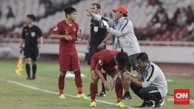 Pelatih Timnas Indonesia U-19 Indra Sjafri dan asistennya Guntur Cahyo Utomo memberi instruksi kepada Firza Andika dan Witan Sulaeman. (CNN Indonesia/ Hesti Rika)