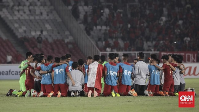 Pemain dan staf Timnas Indonesia U-19 melakukan doa bersama usai pertandingan menghadapi timnas UEA. (CNN Indonesia/ Hesti Rika)