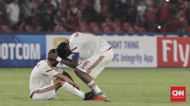 Bertolak belakang dengan kegembiraan yang melanda Timnas Indonesia U-19, timnas Uni Emirat Arab meratapi kegagalan melaju ke fase gugur dengan kekecewaan. (CNN Indonesia/ Hesti Rika)