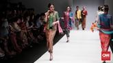 Obin memamerkan koleksi Sutra Dewangga ini lewat label BINhouse dalam peragaan busana di Jakarta Fashion Week 2019. (CNN Indonesia/Andry Novelino)