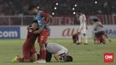 Seketika peluit akhir dibunyikan wasit Kim Heegon, pemain dan staf Timnas Indonesia melepaskan beban dengan tangisan kegembiraan dan sujud syukur. (CNN Indonesia/ Hesti Rika)